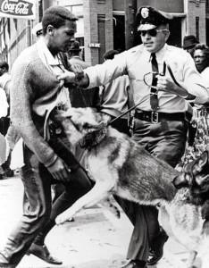 01-00100332000003 - DISORDINI USA ANNI '60 - LA POLIZIA ESEGUE CONTROLLI SULLA POPOLAZIONE DI COLORE