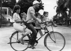 Periodo especial- familia en bicicleta Foto: Ahmed Veláquez 22/09/1993 Publicada: R.S. 06/10/1993