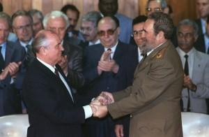 (FILES) Cuban president Fidel Castro (R)