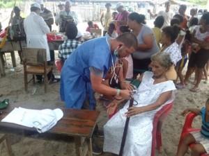 médicos-cubanos-en-ecuador-tras-el-terremoto-580x435